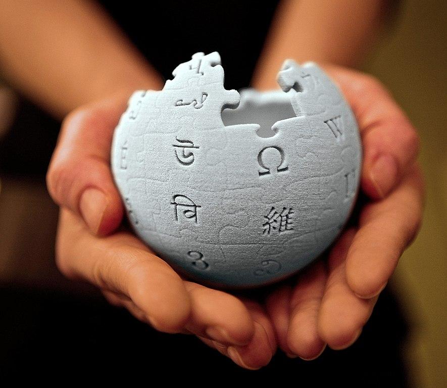 Les mains partageant Wikipédia
